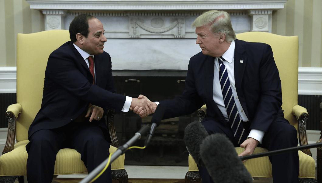 El presidente de Egipto, Abdelfatah al Sisi, saluda al mandatario de Estados Unidos, Donald Trump, en la oficina oval de la Casa Blanca. (AP)