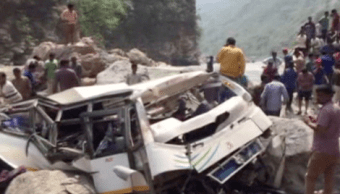 El suceso ocurrió por la mañana cuando el vehículo, que cubría una ruta local entre Uttarakhand e Himachal Pradesh, se salió de la calzada y cayó por un precipicio. (Reuters)