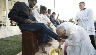 En 2016, el papa lavó los pies a 12 refugiados del centro de acogida de Castel Novo di Porto, en la provincia de Roma. (AP, archivo)
