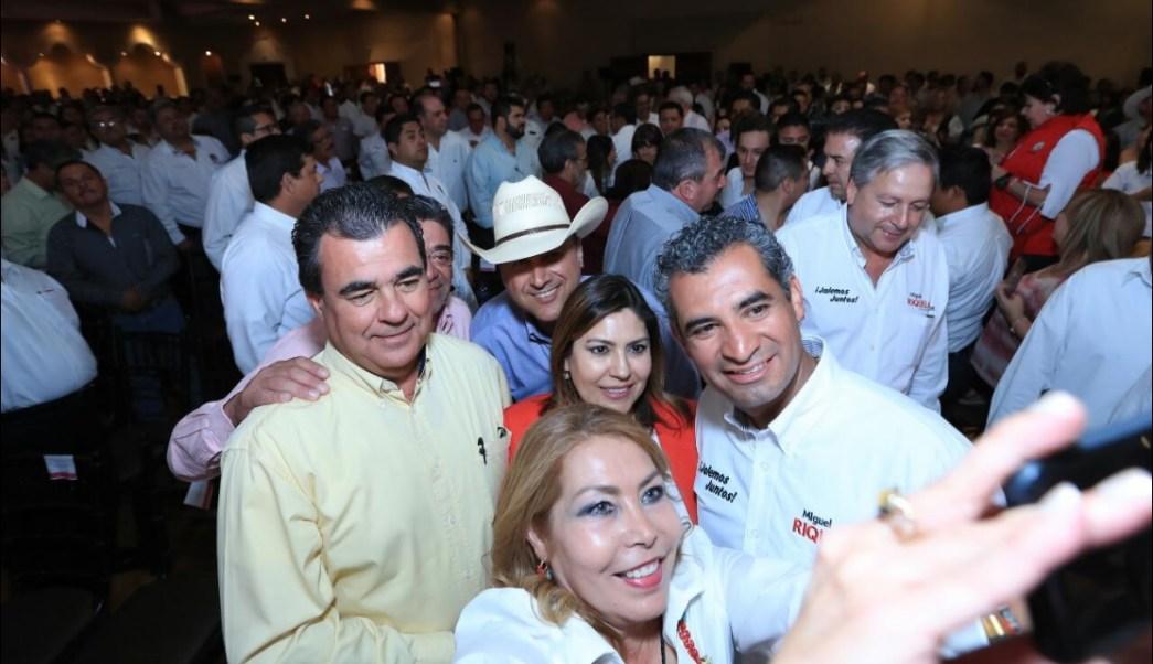 Enrique Ochoa (der.) participa en un evento político en Ramos Arizpe, Coahuila; acusa a los panistas de no saber gobernar (Twitter @EnriqueOchoaR)