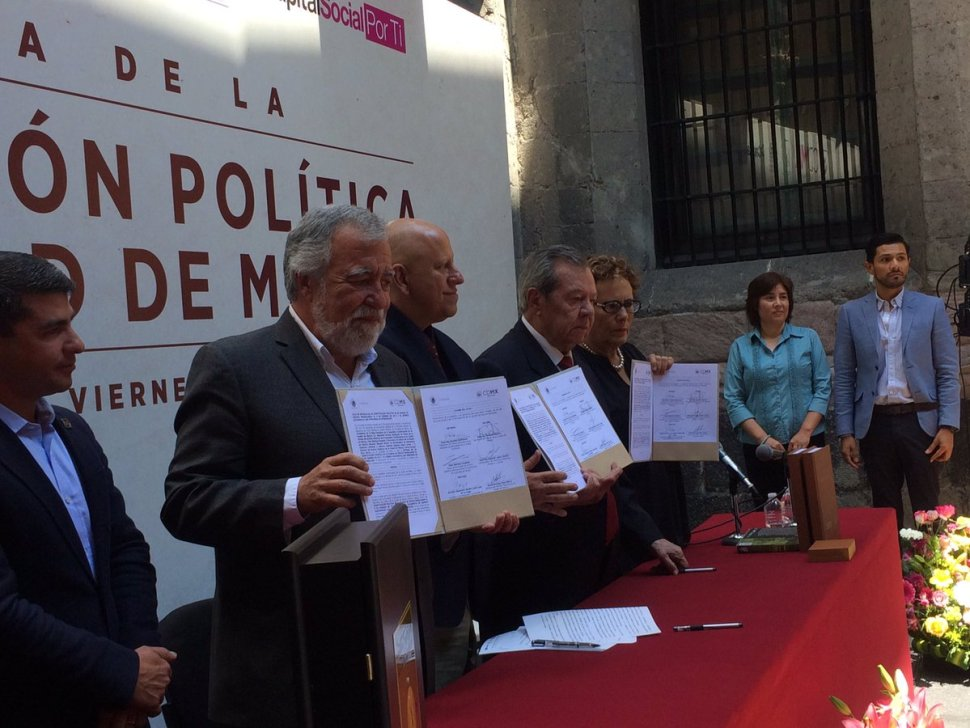 Entregan la Constitución de la CDMX3. (Twitter @ConCDMX)