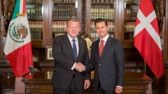 El presidente Enrique Peña Nieto encabezó en Palacio Nacional la ceremonia de bienvenida a Lars Lokke Rasmussen, primer ministro de Dinamarca. (Presidencia de la República)