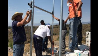 Instalan una de las 4 estaciones sísmicas donadas por EU. (Twitter @berthareynoso)