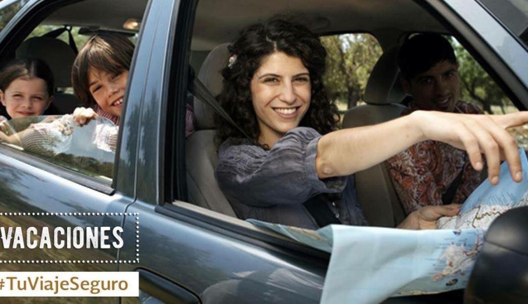 Familia dentro de un auto antes de emprender un viaje (Twitter @SCT_mx)