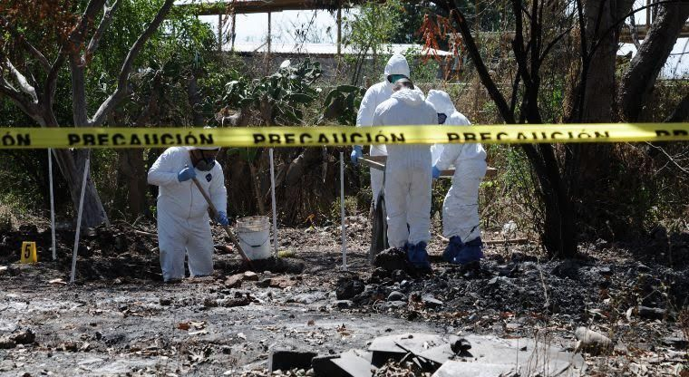 Elementos de Fiscalía y personal de Ciencias Forenses observaron una osamenta y restos humanos en diversos lugares del predio (Noticieros Televisa/Archivo)