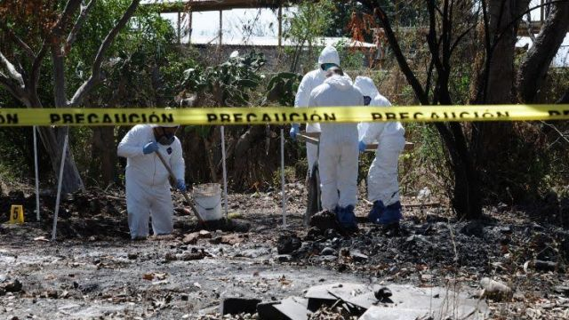 Peritos de la Fiscalía Estatal de Sinaloa, realizaron pruebas de ADN para identificar los cuerpos. (Noticieros Televisa)