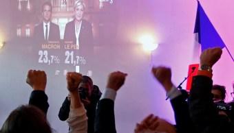 Los partidarios de Marine Le Pen, líder del partido político francés y candidato a las elecciones presidenciales francesas de 2017, reaccionan después de los primeros resultados en la primera vuelta de 2017 (Reuters)