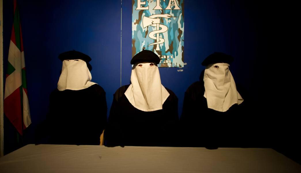 Fotografía que muestra a un grupo de actores interpretando a miembros de la organización separatista ETA. (Getty Images/archivo)