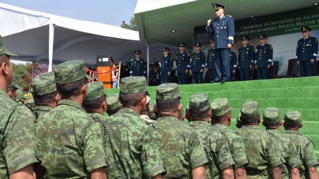 General Cienfuegos rompe protocolo durante ceremonia de graduación de sargentos