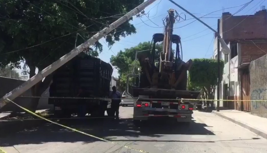 Una grúa que transportaba una retroexcavadora derribó postes y luminarias en una colonia de Guadalajara, Jalisco. (Twitter: @Trafico_ZMG)