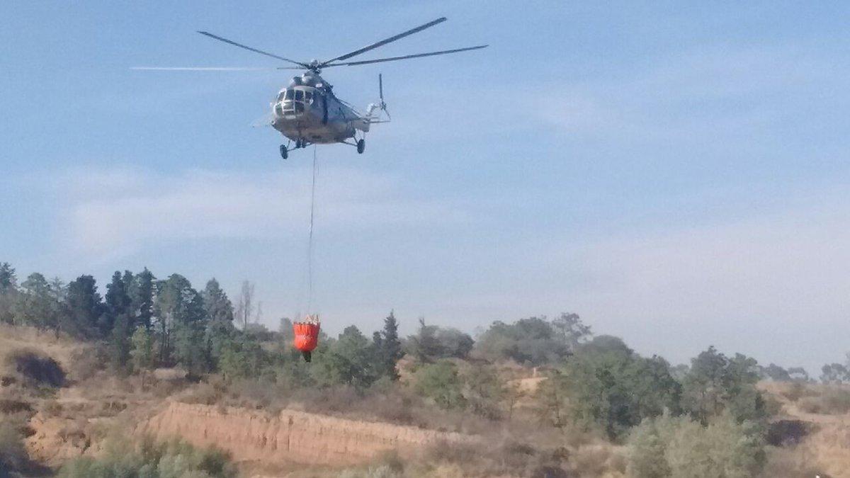 Helicópteros participan en las labores para sofocar incendio forestal en Texcoco. (Twitter @Conafor)