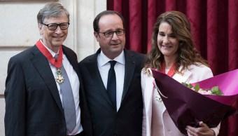 Bill Gates y su esposa son condecorados con insignias de la Legión de Honor en Francia (AP)
