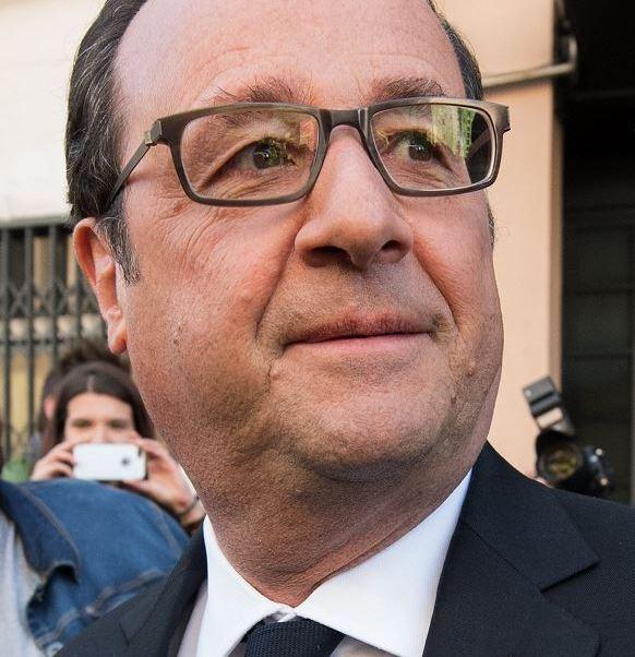 François Hollande, el presidente de Francia, al salir del colegio electoral en Tulle, donde emitió su voto en la primera ronda de las presidenciales. (AP)