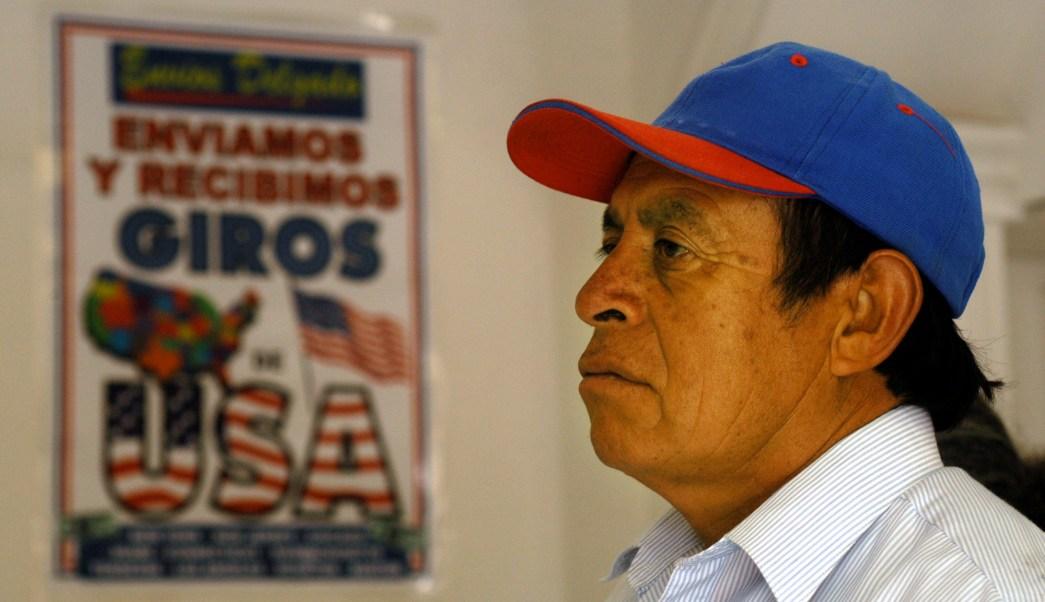 Hombre hace retiro en una oficina de transferencias en Tlaxcala, México (Ap, archivo)