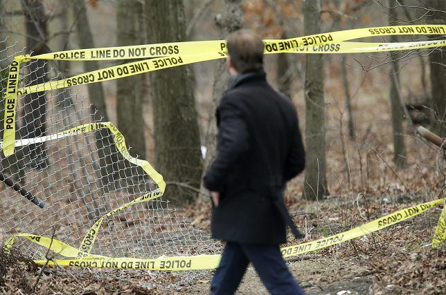 Un hombre recorre la cinta policial cerca de una escena del crimen en Central Islip, Nueva York. (AP)