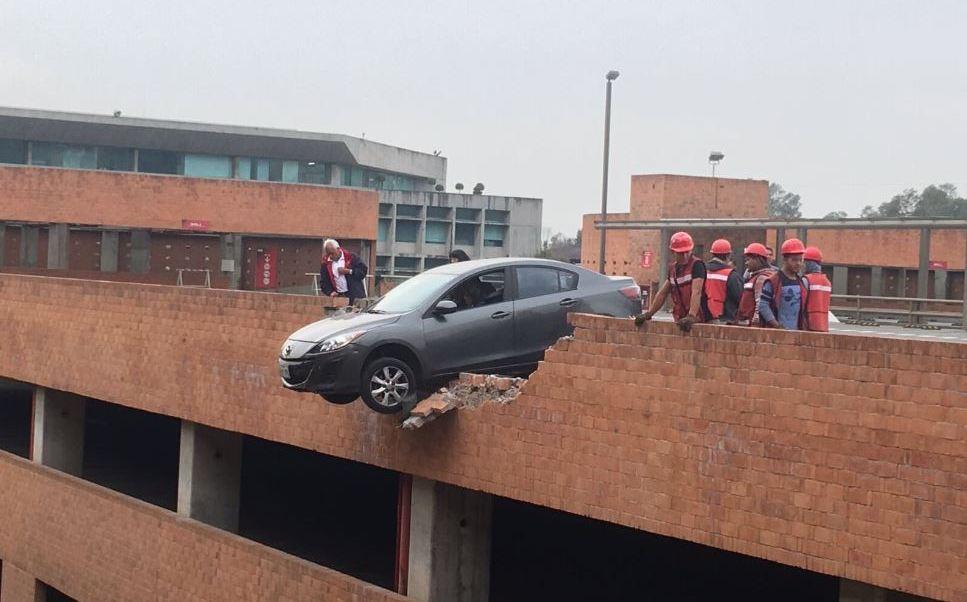 Automóvil a punto de caer en estacionamiento de la UIA