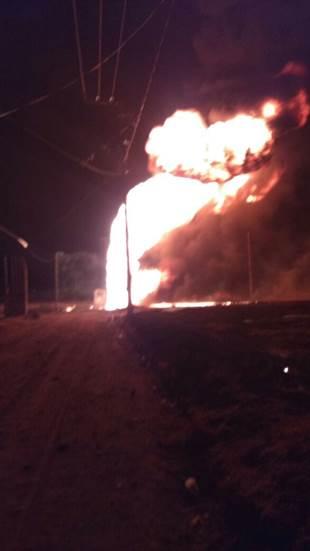 Personal de emergencias sofocan el incendio de una camioneta que transportaba combustible robado