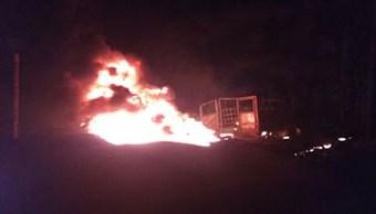 Incendio de un vehículo por una toma clandestina en Amozoc, Puebla; una persona muere por el incidente (Noticieros Televisa)