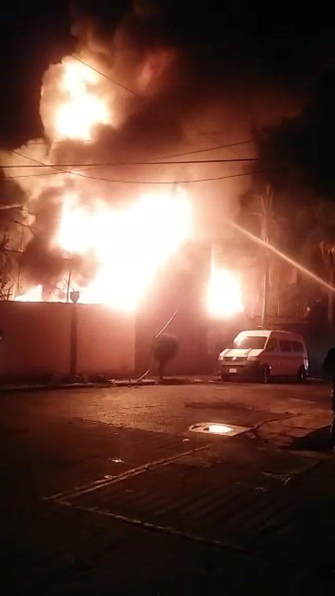 Incendio en inmueble de Cuernavaca. (Twitter @CEECA_Morelos)