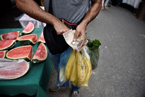 Un hombre realiza un pago por comida en un mercado de Caracas, Venezuela (Getty Images, archivo)