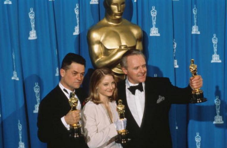El director Jonathan Demme, se llevó el Oscar a la mejor película, al mejor actor -Anthony Hopkins- y la mejor actriz -Jodie Foster- por el Silencio de los inocentes en la década de 1990 (Getty Images)