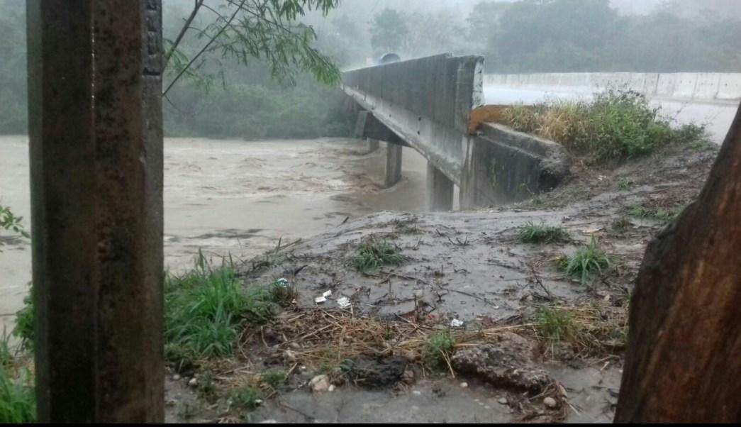 Los deslaves y desbordamientos de ríos bloquearon carreteras y caminos que mantienen incomunicadas a más de 20 comunidades. (Twitter @patitotab)