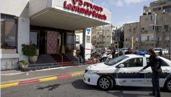 Policías israelíes vigilan la escena de un ataque con un cuchillo en la ciudad de Tel Aviv, Israel. (AP)