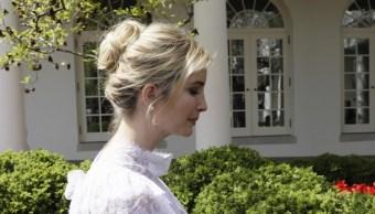 Ivanka Trump camina en el jardín de las rosas en la Casa Blanca en Washington (Reuters)