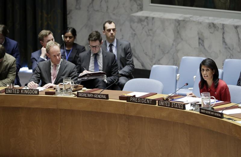 La embajadora estadounidense ante la ONU, Nikki Haley y elrepresentante británico, Matthew Rycroft en el Consejo de la ONU. (EFE, Archivo)