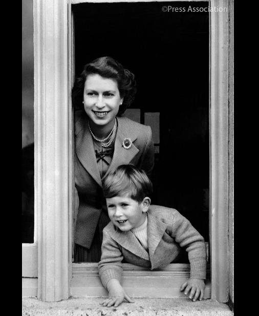 La reina Isabel II y su hijo Carlos en 1952. (@RoyalFamily)