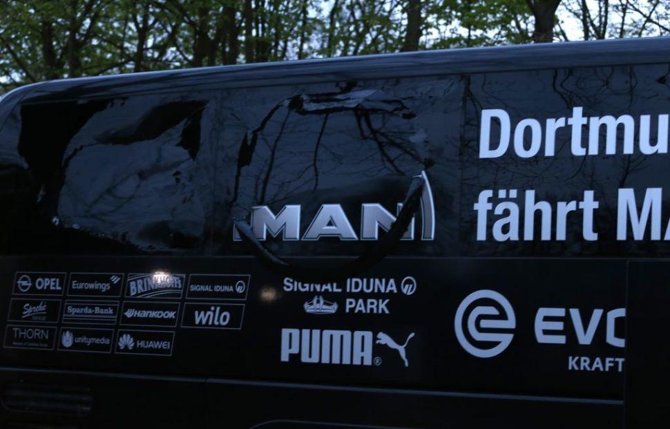 Las explosiones rompieron una venta del autobús del equipo de futbol Borussia Dortmund.