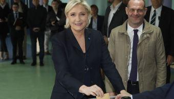 Marine Le Pen, candidata a la presidencia de Francia, emite su voto en Hénin-Beaumont, al norte del país; en los sondeos, Le Pen aparece como favorita para superar la primera vuelta junto con el socioliberal Emmanuel Macron. (AP)
