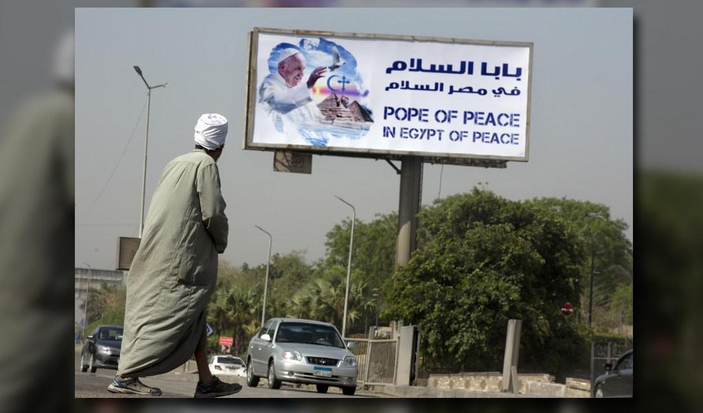 Un cartel referente a la visita del papa a Egipto se aprecia en las calles de El Cairo. (AP)