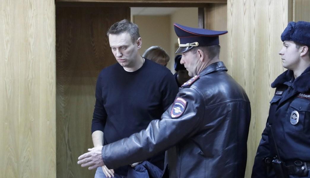 El líder de la oposición rusa Alexei Navalny en una audiencia tras ser detenido en la protesta contra la corrupción y exigir la renuncia del primer ministro Dmitry Medvedev (Reuters)