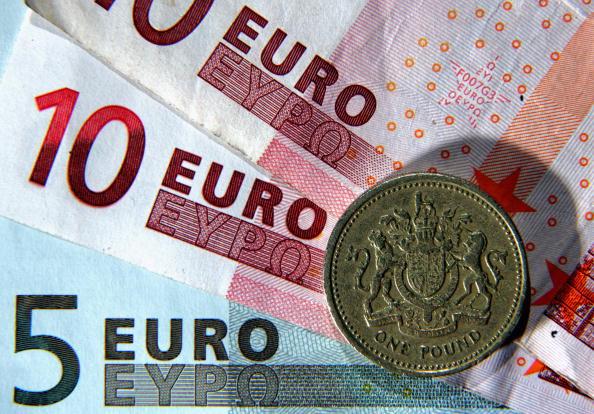 Una moneda de una libra sobre billetes de 5 y 10 euros; el Tesoro de Francia prevé que la economía británica decaerá por el Brexit (Getty Images)