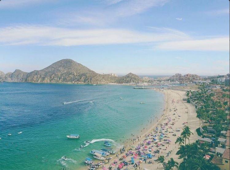 Vista panorámica de Los Cabos; la SCT informa que habrá vigilancia permanente en playas durante las vacaciones de Semana Santa (Twitter, @CabosNews)