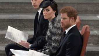 Los duques de Cambridge, Guillermo y Catalina, y el príncipe Enrique. (AP)