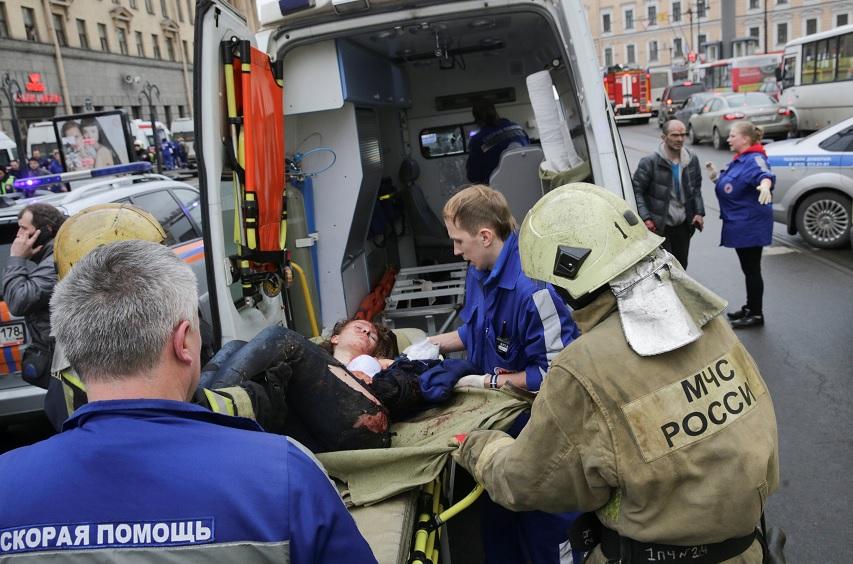 Una persona lesionada es ayudada por los servicios de emergencia fuera de la estación de metro Sennaya Ploshchad después de las explosiones en San Petersburgo (Reuters)