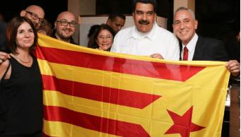 Maduro fotografiado junto a varios activistas con una bandera independentista catalana. (@itacappcc)