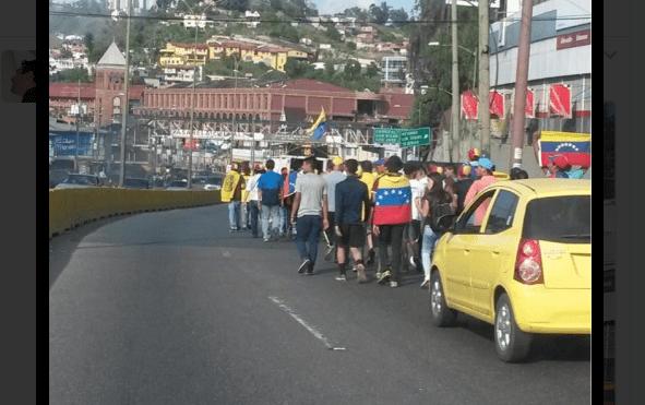 Manifestantes comienzan a congregarse para megamarcha contra Nicolás Maduro. (@Hector_Luna)