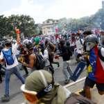 Manifestantes y policías se enfrentan en las calles de Caracas, Venezuela.