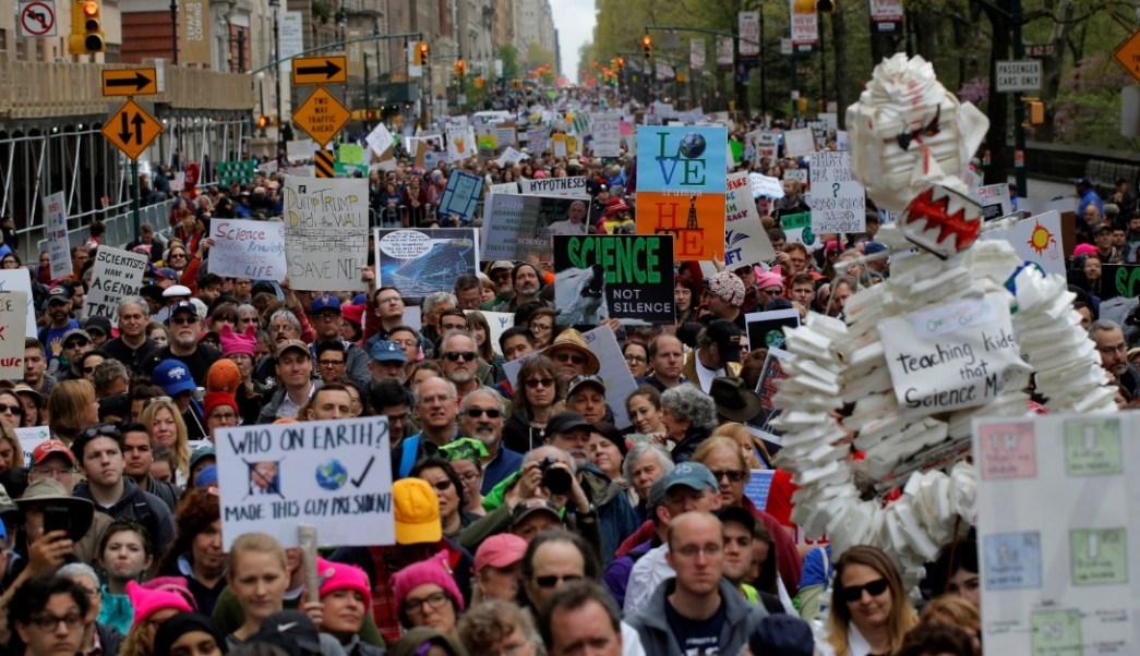 """Manifestantes se congregan en la """"Marcha por la ciencia"""" en Manhattan, New York, Estados Unidos (Reuters)"""