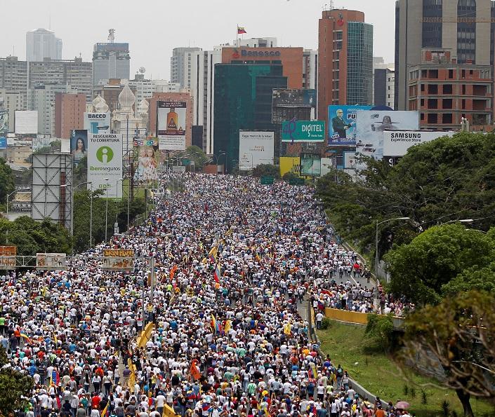 """Manifestantes chocan con la policía antidisturbios durante la llamada """"Madre de todas las marchas"""" contra el presidente venezolano Maduro en Caracas (Reuters)"""