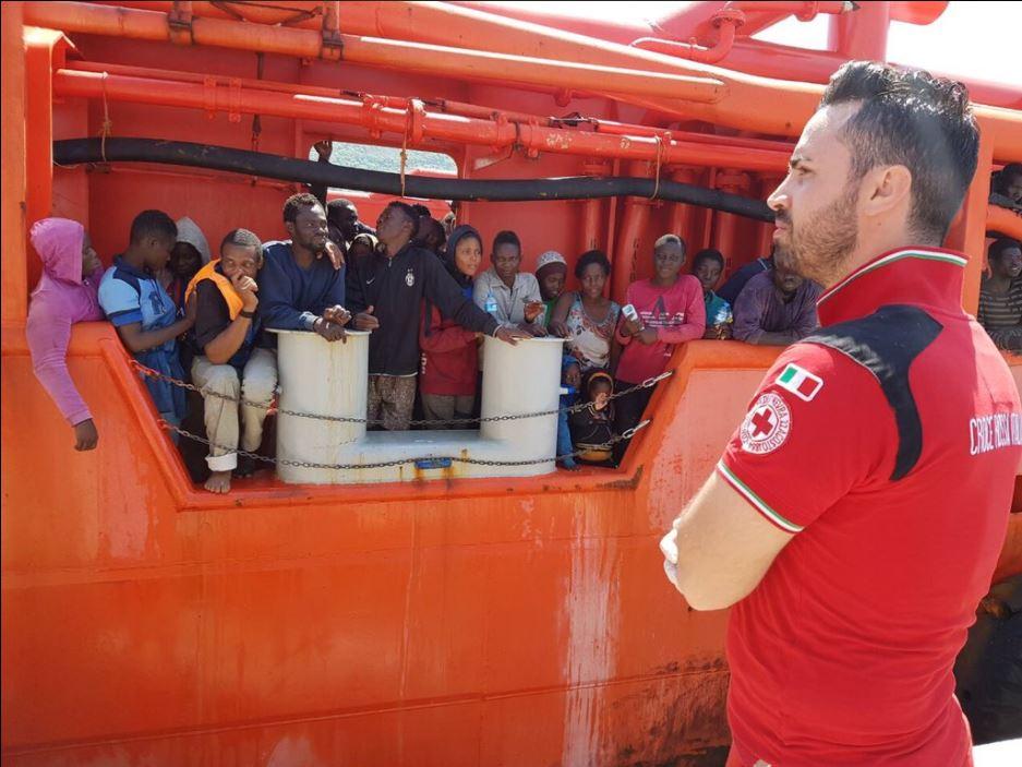 Cruz Roja Italiana auxilia a un grupo de migrantes (Twitter @crocerossa)