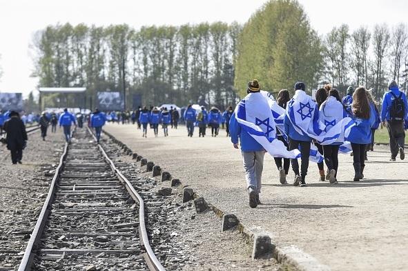 Miles de israelíes caminaron los las vías del tren en Auschwitz.