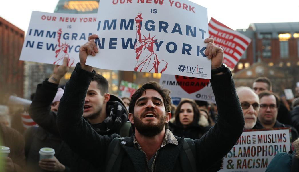 Miles de migrantes protestaron en Nueva York contra las medidas migratorias del presidente Donald Trump.