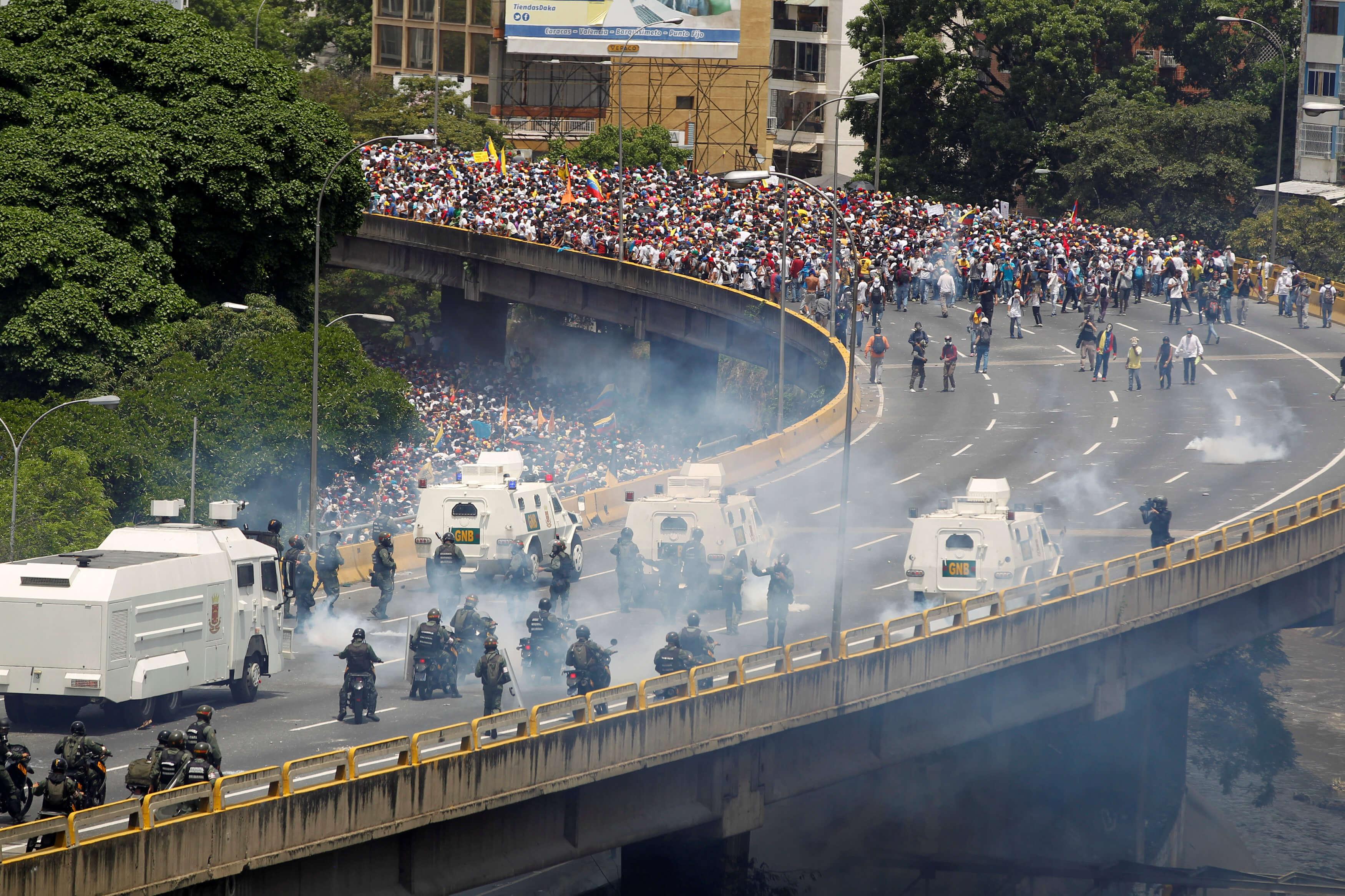 Dos muertos por disparos en multitudinarias protestas opositoras — Crisis en Venezuela