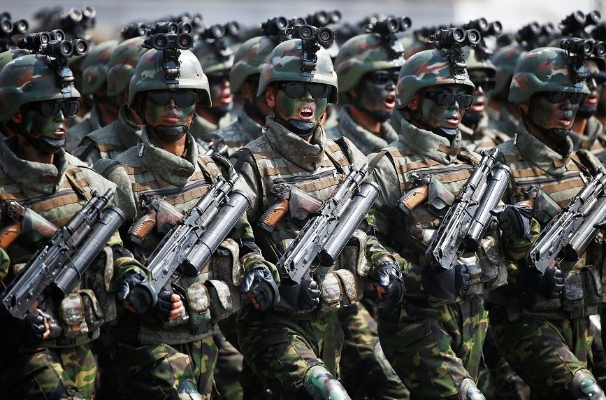 Los soldados norcoreanos marchan y gritan consignas durante un desfile militar que conmemora el 105 aniversario del nacimiento del padre fundador del país, Kim Il Sung en Pyongyang (Reuters)