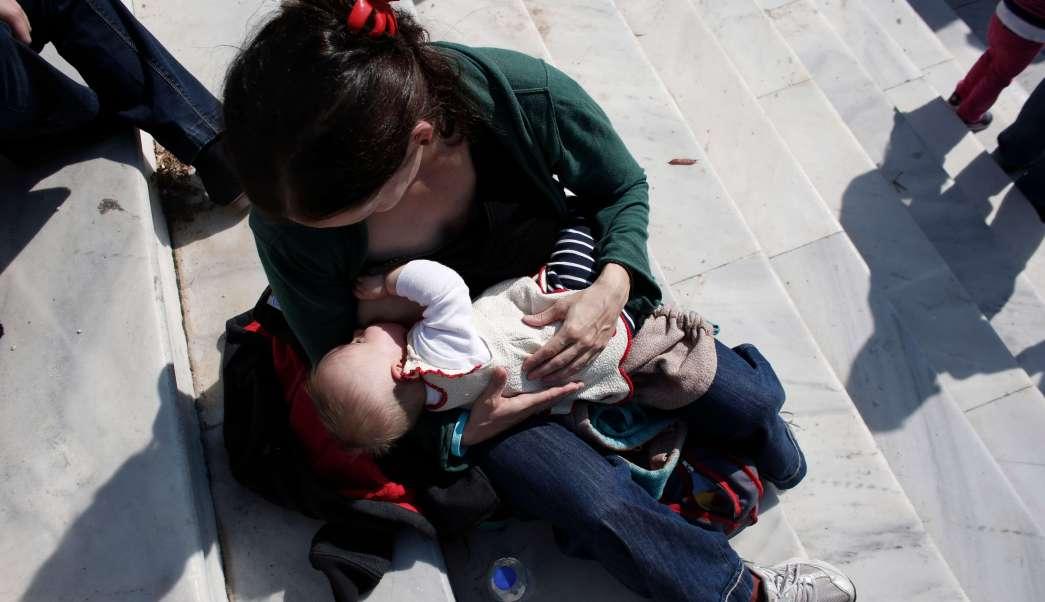 Mujer da pecho a su bebé en la vía pública (AP, archivo)