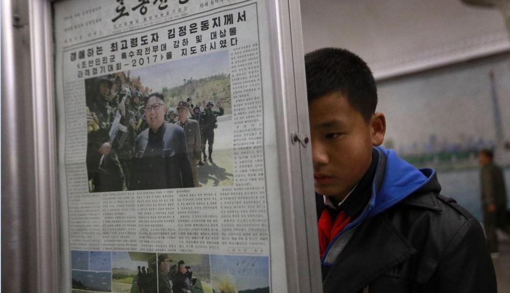 Un niño lee el periódico en el metro de Pyongyang, capital de Norcorea (EFE)